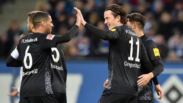 Schalke-Kapitän Omar Mascarell (l.) jubelt mit Neuzugang Michael Gregoritsch