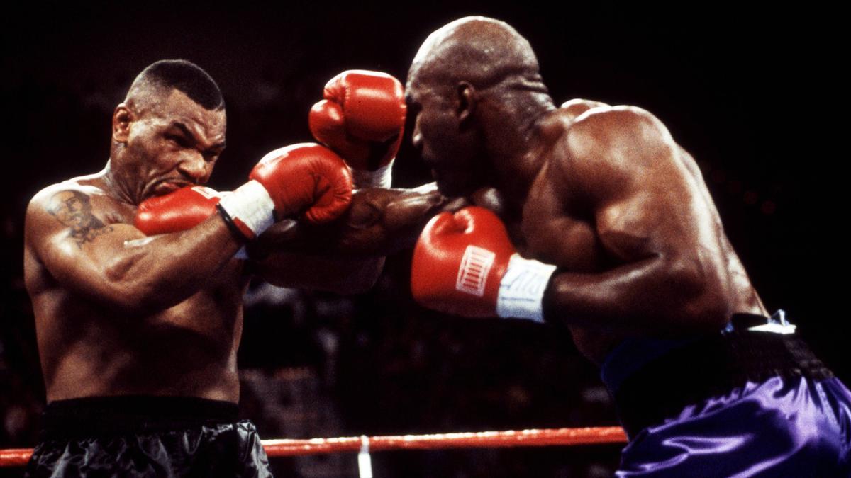 Plant ein Oldie-Comeback gegen Mike Tyson (l.): Evander Holyfield
