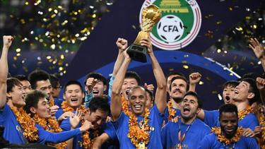 Die Spieler von Jiangsu Suning feiern die erste Meisterschaft ihres Klubs
