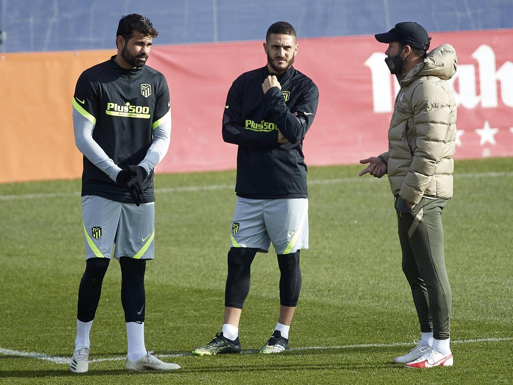 Costa, Koke y Simeone conversan en el último entrenamiento.