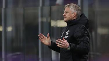 Ole Gunnar Solskjaer, Trainer von Manchester United, steht an der Seitenlinie und gibt seinen Spielern Anweisungen