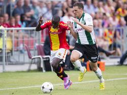 Lesly de Sa (l.) duelleert tijdens Go Ahead Eagles - FC Groningen met Yoëll van Nieff. (10-8-2014)
