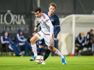 Ali Messaoud (l.) probeert Sebastian Langkamp (r.) van zich af te houden tijdens het oefenduel Hertha BSC - FC Vaduz (16-01-2016).
