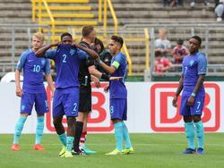 V.l.n.r: Jari Schuurman, Deyovaisio Zeefuik, scheidsrechter Anatoliy Zhabchenko, Abdelhak Nouri en Steven Bergwijn. Zeefuik krijgt zijn tweede gele kaart in de EK-wedstrijd tegen Kroatië. (12-07-2016)
