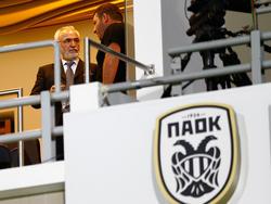 El hombre de negocios greco-ruso Ivan Savvidis entró en el terreno de juego con una pistola. (Foto: Getty)