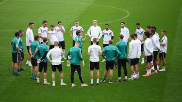 Bundestrainer Joachim Löw bereitet sein Team auf das Spiel gegen Frankreich vor
