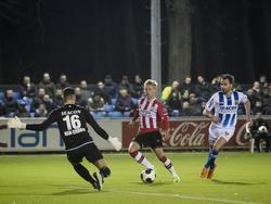Oleksandr Zinchenko (m.) gaat alleen op VVV-doelman Deleno van Crooy (l.) af tijdens het competitieduel Jong PSV - VVV-Venlo (06-02-2017).