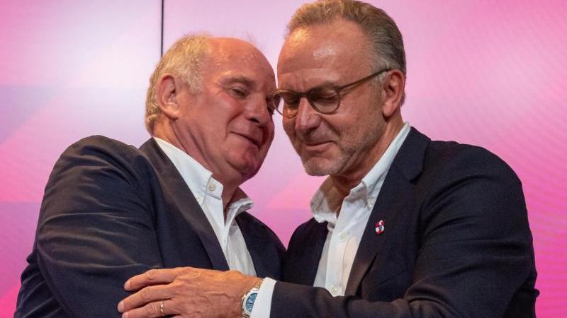 Karl-Heinz Rummenigge (r) hat die Ausnahmestellung von Uli Hoeneß für den FC Bayern München hervorgehoben