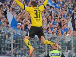 Christian Müller lässt sich für seinen Führungstrefer von den mitgereisten Fans feiern