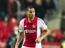 Ricardo van Rhijn aan de bal namens Ajax in de wedstrijd tegen Willem II in de Eredivisie. (10-12-2014)