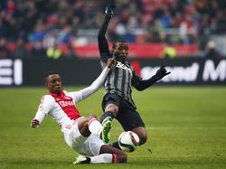 Zowel Riechedly Bazoer (l.) als Kamohelo Mokotjo gaat vol voor de bal tijdens Ajax - FC Twente. (15-02-2015)