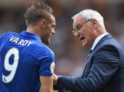 Vardy intercambia impresiones con Ranieri durante un choque. (Foto: Getty)