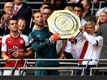 Arsène Wenger (r.) präsentiert die erste Trophäe der Saison