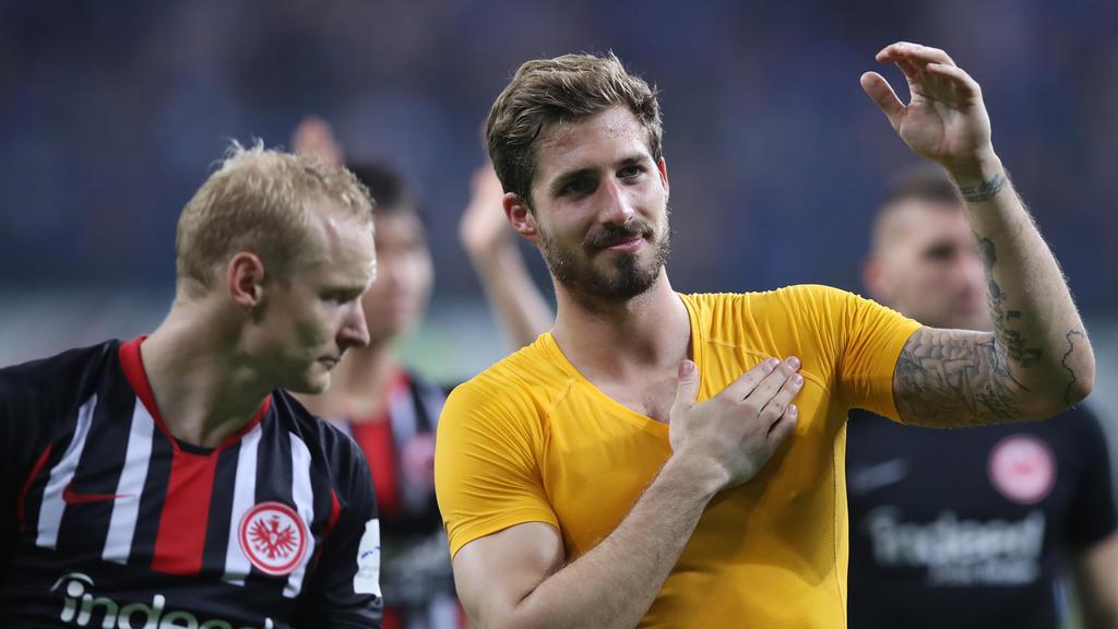 Kevin Trapp (r.) bedankt sich bei den Fans von Eintracht Frankfurt