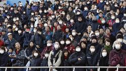 Aficionados del Vissel Kobe japonés con mascarillas en el estadio.