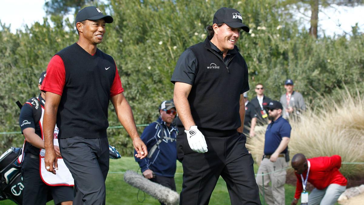 Phil Mickelson und Tiger Woods spielen jeweils zusammen mit einem NFL-Profi (Tom Brady und Peyton Manning)