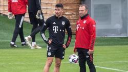 Der spanische U21-Europameister Marc Roca im Gespräch mit Trainer Hansi Flick vom FC Bayern