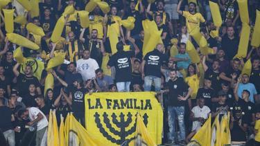 Anhänger von Beitar Jerusalem feuern ihre Mannschaft an