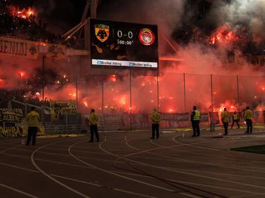Aficionados del AEK en un partido ante el Olympiacos. (Foto: Imago)
