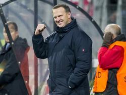 John van den Brom houdt zich nog prima in als AZ een belangrijke goal scoort in de Europa League. Na de 1-0 tegen Partizan balt de trainer van de Alkmaarders zijn vuist. (26-11-2015)