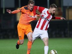 Rick Stuy van den Herik (r.) heeft de bal, maar trekt alsnog Jack Tuyp het shirt van het lijf om in balbezit te blijven. (29-04-2016)