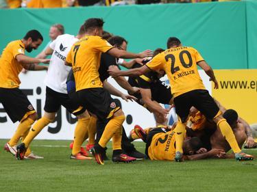 El Dinamo Dresde celebra su victoria ante el equipo de la Bundesliga. (Foto: Imago)