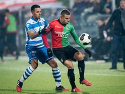 Ouasim Bouy (l.) zet druk op de bal, maar vindt Jordan Larsson (r.) op zijn weg naar het speeltuig. (10-02-2017)