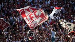 Ein Böllerwurf aus dem Kölner Fanblock überschattete das Rhein-Derby gegen Gladbach. Foto: Federico Gambarini/dpa