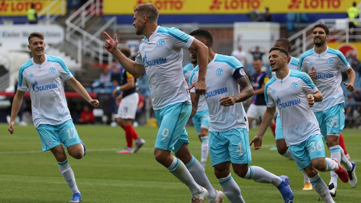 Simon Terodde (M.) hat dem FC Schalke zum ersten Saisonsieg verholfen
