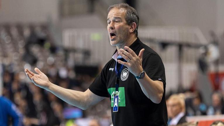 Die deutschen Handballerinnen und Bundestrainer Henk Groener sind mit großer Zuversicht nach Portugal geflogen