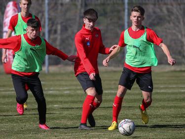 Din Barlov (Mitte) beim ÖFB-U19-Teamtraining (2020)