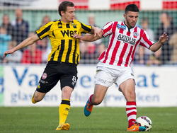 Aleksandar Bjelica (r.) heeft het niet makkelijk bij Sparta, maar in de KNVB bekerwedstrijd tegen Rijnsburgse Boys krijgt hij een kans. Hier duelleert hij met Jeffrey Koemans. (23-09-2014)