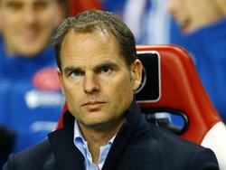 Frank de Boer kijkt gespannen naar de wedstrijd Ajax - Willem II. (06-12-2014)