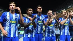 Herthas Profis feiern den Sieg über den FCBayern vor der Fankurve