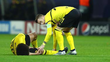 Dortmunds Axel Witsel liegt beim Spiel gegen den FC Brügge verletzt auf dem Rasen