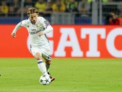 Luka Modrić gaat er met de bal vandoor tijdens het Champions League-duel Borussia Dortmund - Real Madrid (27-09-2016).
