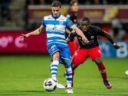 Leeroy Owusu (r.) zet druk op Mustafa Saymak tijdens de competitiewedstrijd Excelsior - PEC Zwolle. (21-10-2016)