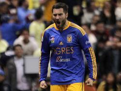 Gignac cayó al césped tras un encontronazo con el paraguayo Valdez. (Foto: Imago)