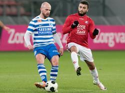 Bryan Smeets (l.) is namens De Graafschap Zakaria Labyad van Jong FC Utrecht te snel af. (30-01-2017)