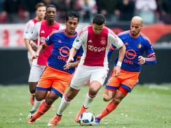 Renato Tapia (l.) en Karim El Ahmadi (r.) moeten in de achtervolging bij Anwar El Ghazi, die tegen Feyenoord in de spits staat. (07-02-2016)