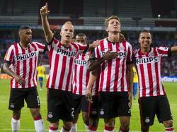 Luuk de Jong (m.) viert zijn benutte strafschop tegen Estoril met zijn teamgenoten. (18-09-2014).