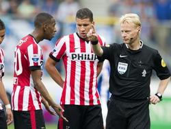 Scheidsrechter Kevin Blom (r.) stuurt tijdens de wedstrijd tussen sc Heerenveen en PSV Joshua Brenet (l.) van het veld door hem een directe rode kaart te geven. (28-09-2014)