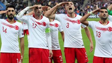 Die türkischen Spieler salutieren beim Spiel in Frankreich