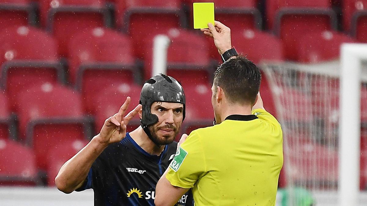 Hat bereits 15 Gelbe Karten kassiert: Klaus Gjasula (r.)
