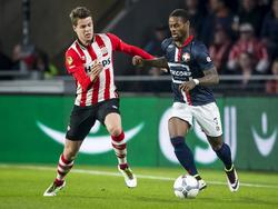 Marco van Ginkel (l.) en Terrel Ondaan (r.) in een duel om de bal tijdens PSV - Willem II. (09-04-2016)