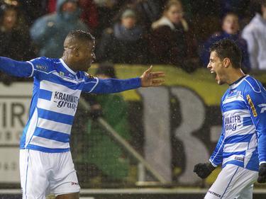 Guyon Fernandez (l.) en Thanasis Karagounis (r.) vieren een treffer. (25-01-2014)