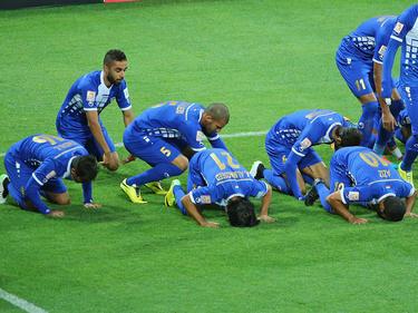 Los jugadores de Kuwait se arrodillan para rezar en un duelo ante Australia. (Foto: Getty)