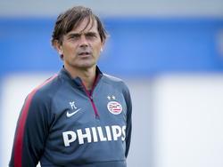 PSV-trainer Phillip Cocu kijkt tijdens het trainingskamp op Maspalomas aandachtig naar de training van zijn team. (09-01-2015).