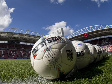 Voor de wedstrijd FC Utrecht - Ajax liggen de ballen al klaar in de Galgenwaard. (05-04-2015)