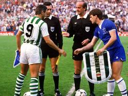 Hans Krankl von Rapid und Kevin Ratcliffe von Everton beim Wimpel-Tausch vor Spielbeginn